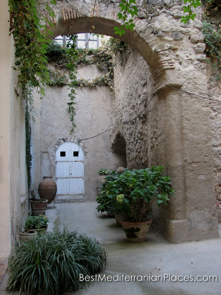 The mysterious door in the courtyard of the castle