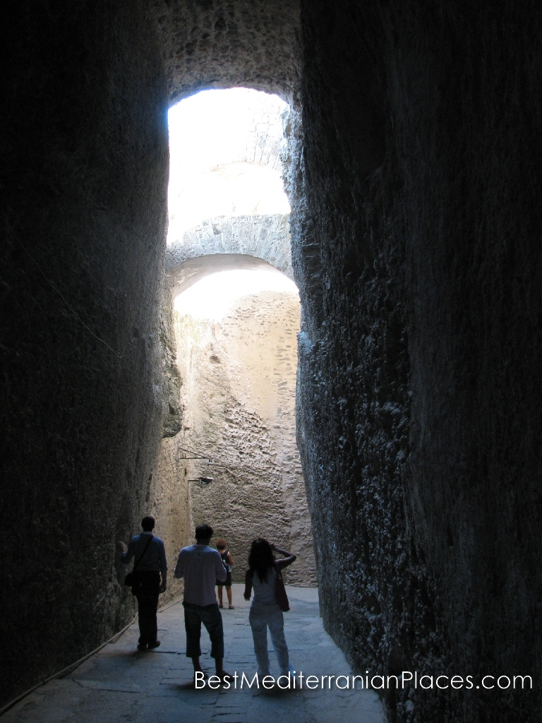 The volcanic rocks cut through the thickness of a long tunnel. In the old days, when approaching pirates, the inhabitants driven by him and hid themselves in the castle
