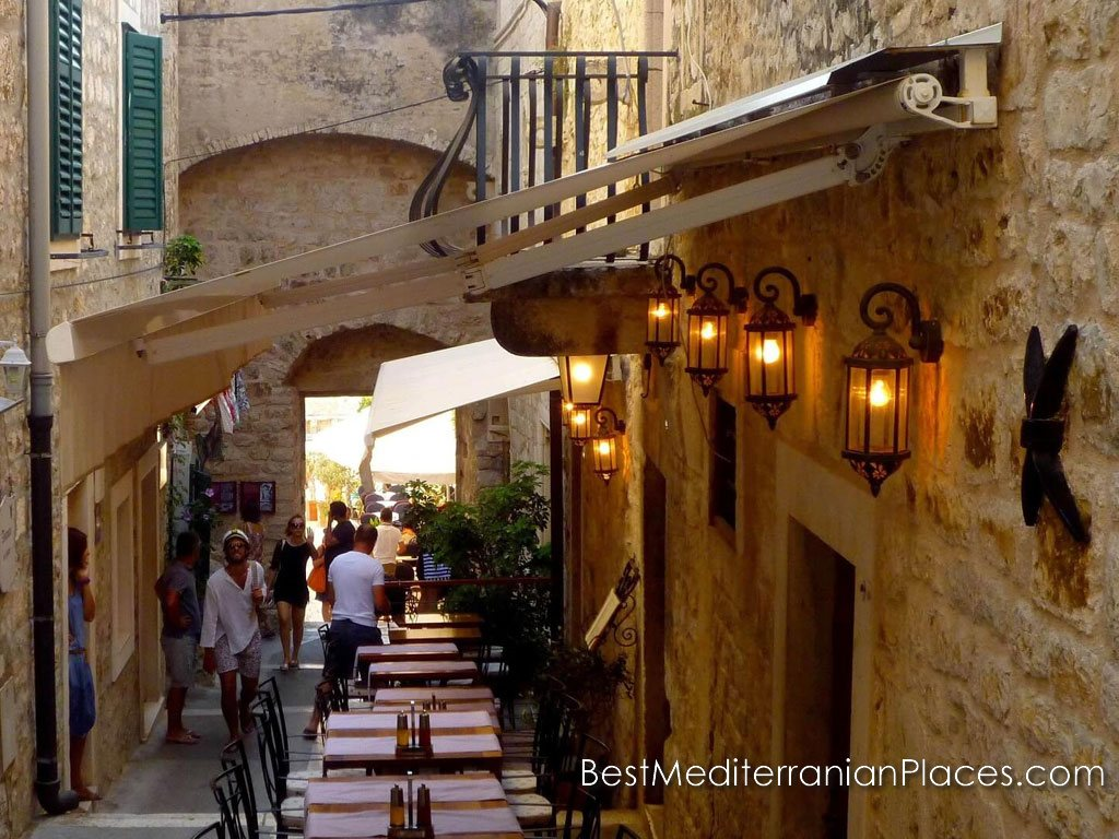 This restaurant has won half the streets of the old city. Do you want to eat and drink local wine?