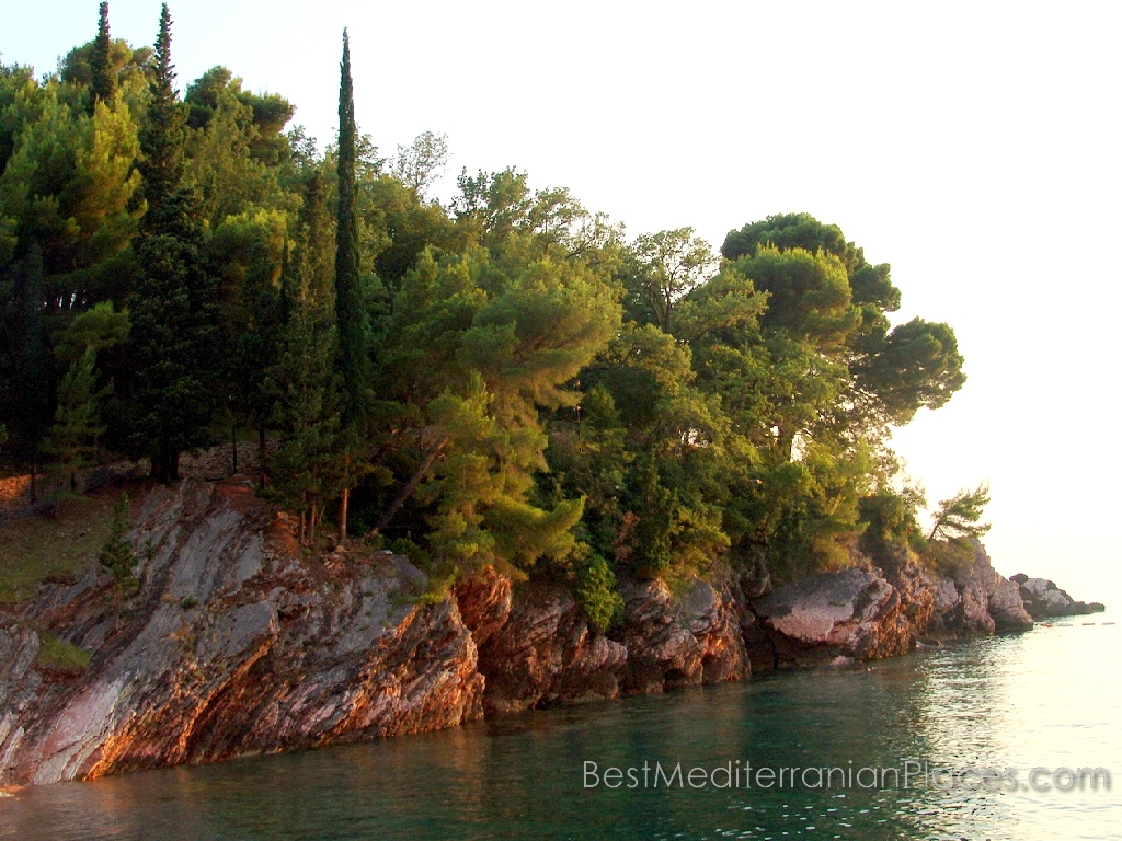 The resort Sveti Stefan - is not only a beautiful Mediterranean climate, but also healthy air, filled with the scent of conifers pokuryvayuschih mountains