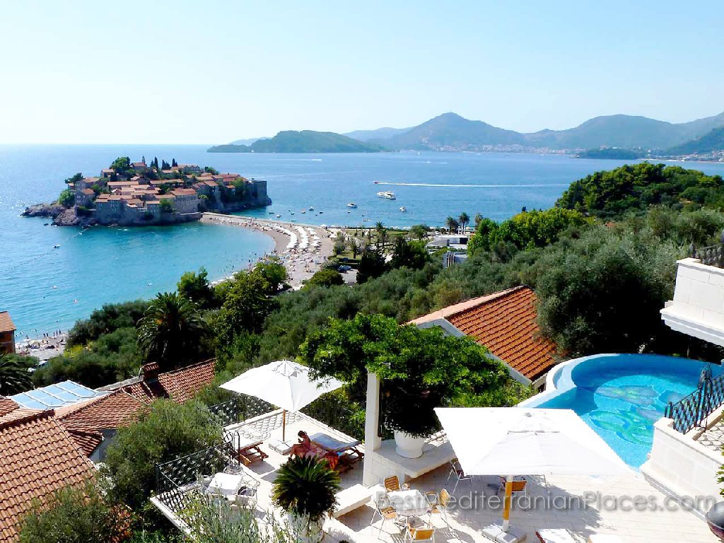 In the village of Sveti Stefan is not difficult to rent a villa according to your taste and abilities.