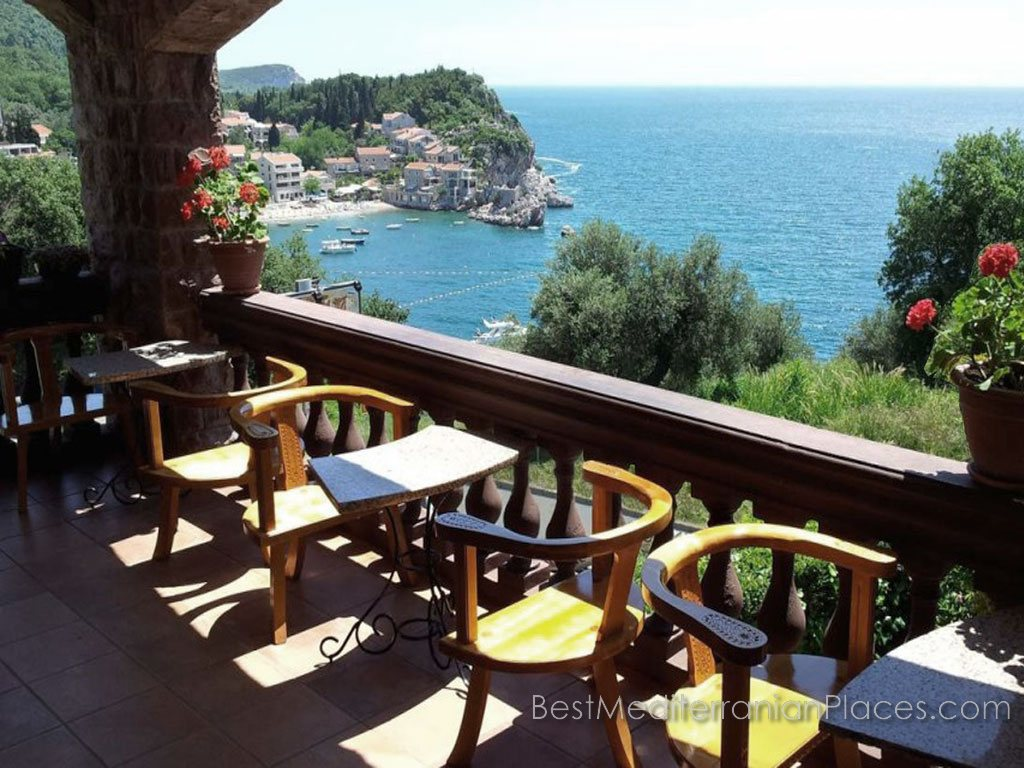 The village and the island of Sveti Stefan is almost the perfect place for a romantic getaway. Not for nothing that many VIPs have chosen this resort for your free time