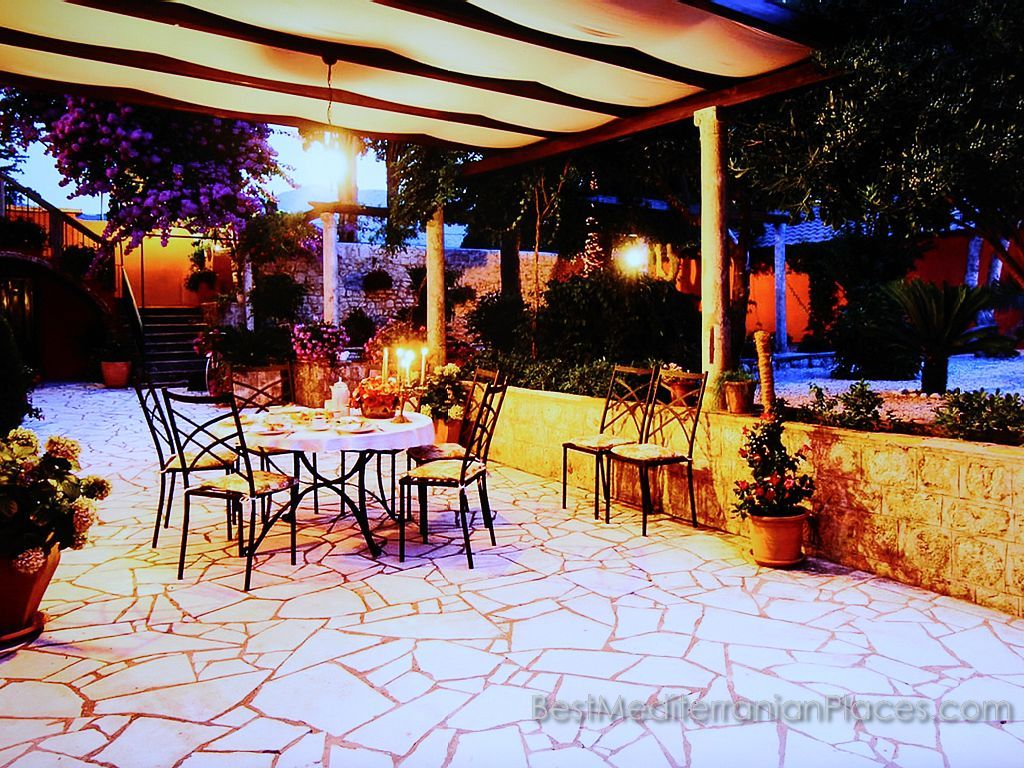 Do you want to spend the holidays in this hotel on the coast of Lapad, Dubrovnik. Join now!