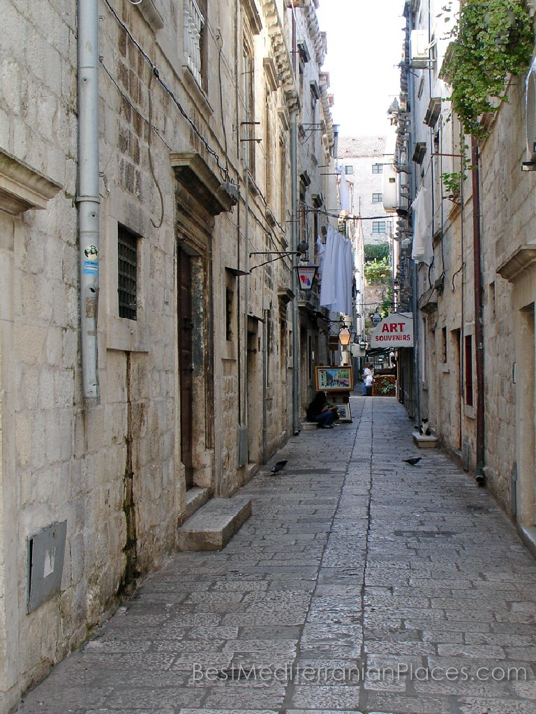 The passageways between the old Dubrovnik houses are narrow. but they are space for small restaurants