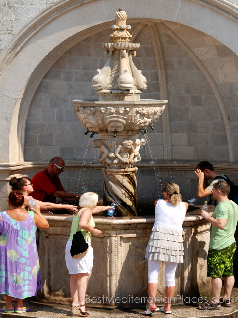 All the tourists want to taste the water from the fountain of Onofrio, from which the Venetians drank